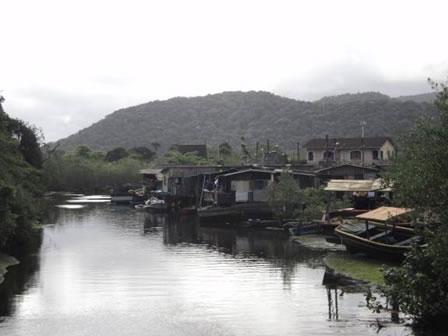 Figura 49. Palafitas localizadas próximas à foz do rio do Peixe, que recebe esgoto de parte significativa das residências do Perequê.