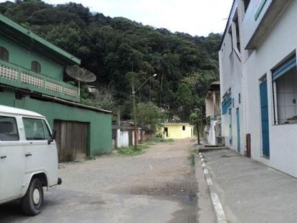 Figura 53. Ruas não pavimentadas em Vila Nova. Notar a expansão de casas na encosta.