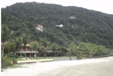 Figura 15. Residências de alto padrão localizadas à beira-mar e na  encosta de morros no Loteamento Taguaíba.