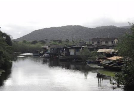 Figura 03. Ocupação em área de risco: Palafitas localizadas próximas à foz do rio do Peixe, que recebe esgoto de parte significativa das residências do Perequê.