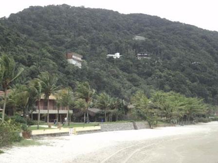 Figura 43. Residências de alto padrão localizadas à beira-mar e na encosta de morros no Loteamento Taguaíba.