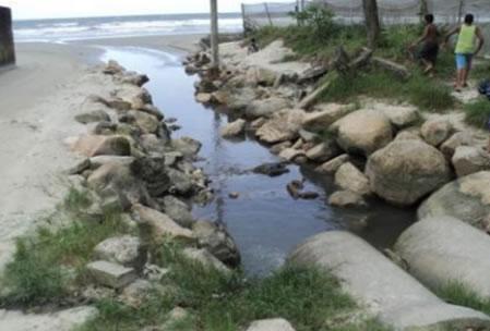 Figura 18. Esgoto lançado in natura no mar, na região do Fundão.