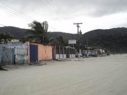 Figura 51. Praia do Perequê sentido Fundão. Automóveis transitam pela faixa de areia para ter acesso às residências e comércios à beira-mar.