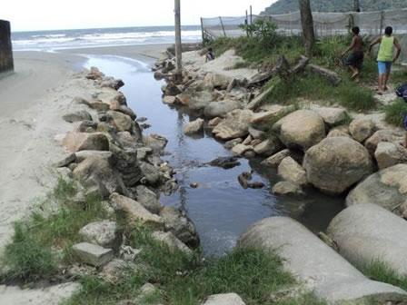 Figura 48. Esgoto lançado in natura no mar, na região do Fundão.