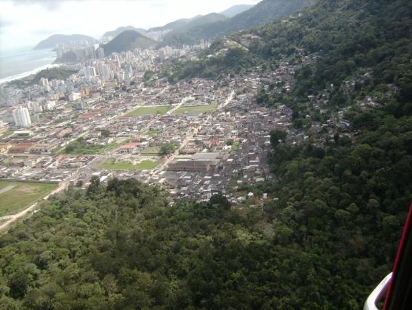 Fotografia 04: Vista da ocupação das encostas de morro na região da Enseada, Fonte: Polícia Militar do Estado de São Paulo - Comando de Policiamento do Interior - 6