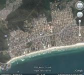 Fotografia 02: Vista geral da Praia da Enseada e ocupação irregular de morros. Fonte: Site Google Earth. Foto de 26 de abril de 2003. Acesso em 20 de dezembro de 2008.